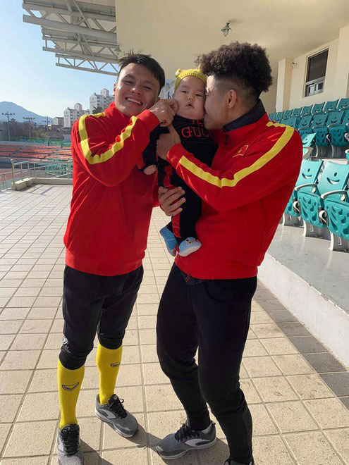 """Danh tính """"tiểu màn thầu"""" ở Hàn Quốc khiến các cầu thủ U23 Việt Nam tranh nhau bế - 1"""