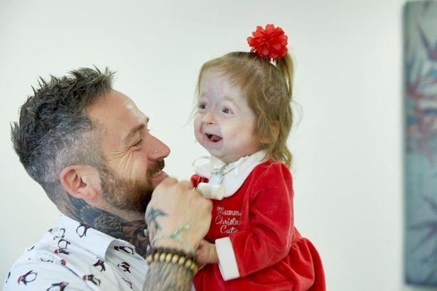 Hội chứng hiếm gặp khiến cô bé không thể khóc và phải giao tiếp bằng ngôn ngữ ký hiệu - 1