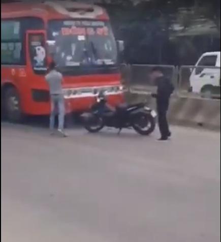 Hai thanh niên hung hãn truy đuổi, đập phá xe khách trên quốc lộ - 1