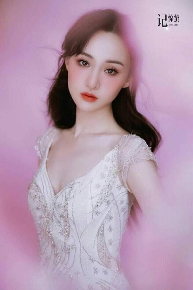 Mới đây, nữ diễn viên 9X vừa công khai chia tay bạn trai Trương Hằng. Chuyện tình của cô không được fan ủng hộ. Thời gian gần đây, Trịnh Sảng tích cực tham gia nhiều sự kiện. Nhan sắc của cô đào nhận được nhiều lời khen ngợi.