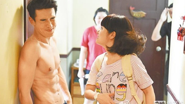 """Sau cảnh quay cưỡng hôn, theo kịch bản nhân vật Lâm Tâm Như sẽ tát Dương Nhất Triển. Tuy nhiên, vì nàng """"Hạ Tử Vy"""" ra tay quá mạnh bạo khiến má nam diễn họ Dương bị sưng đỏ."""