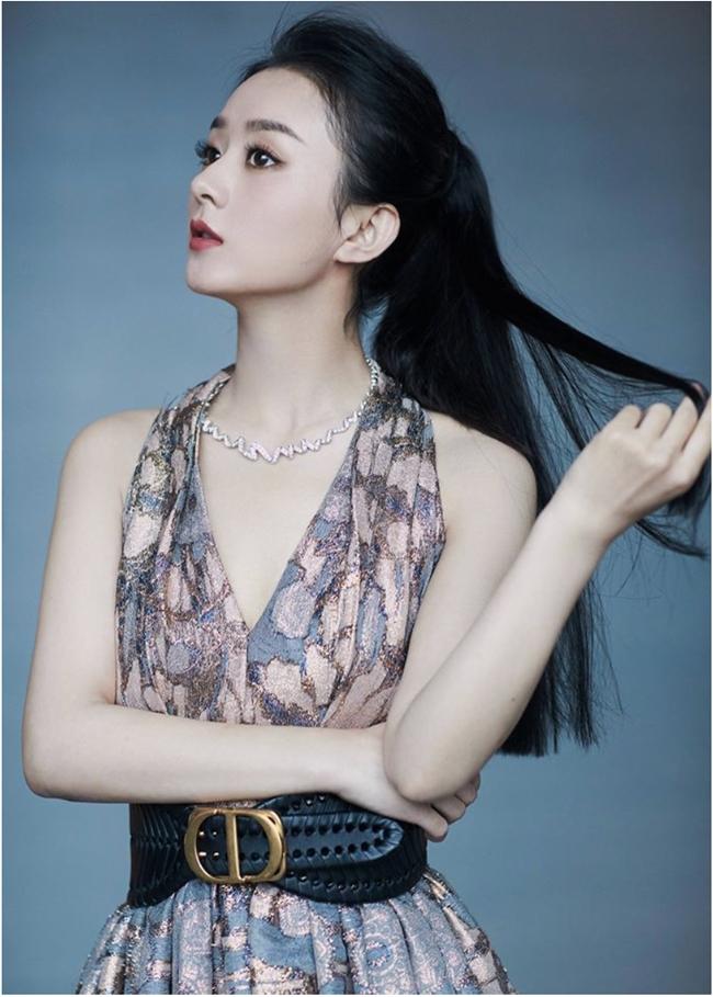 """Triệu Lệ Dĩnh được xem là nữ hoàng rating của mảng phim truyền hình Trung Quốc. Sau khi sinh con cho ông xã Phùng Thiệu Phong, cách đây không lâu cô đã gia nhập đoàn phim """"Hữu Phỉ"""" đóng cặp cùng Vương Nhất Bác - mỹ nam nổi tiếng chỉ sau một đêm nhờ """"Trần Tình Lệnh""""."""
