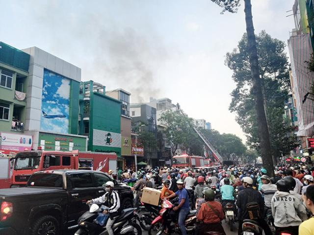 Kẹt xe khủng khiếp qua hiện trường vụ cháy nhà ở Sài Gòn