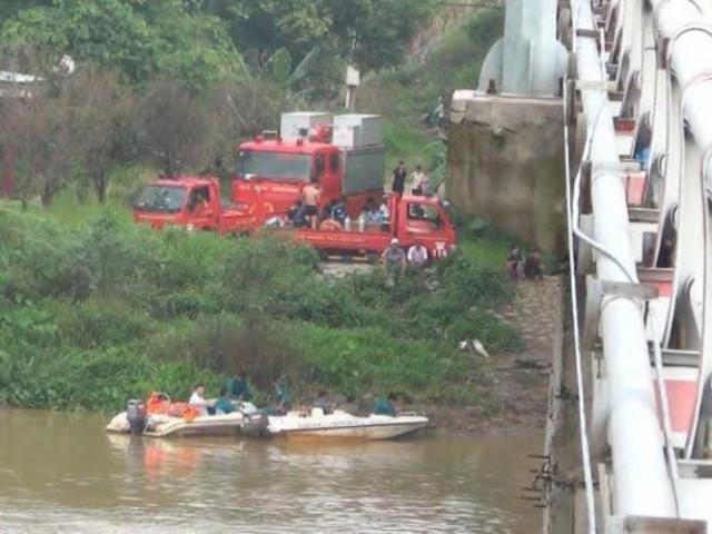 Một người chết kẹt dưới nước khi ô tô lao từ phà xuống sông Đồng Nai