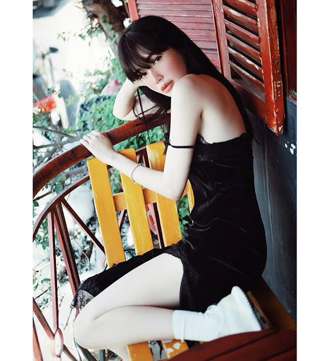 Kiểu mặc buông lơi dây áo trông hợp lý và quyến rũ khi áp dụng trong các buổi chụp hình thời trang, mang ý đồ tạo nên điểm nhấn cho trang phục.