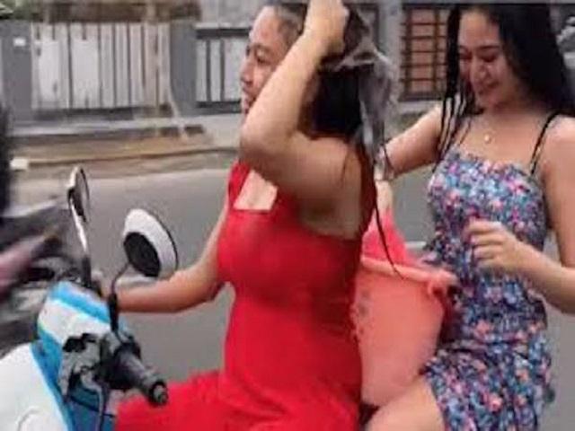 """Tắm gội trên xe máy, hai cô gái trẻ nhận """"trái đắng"""""""