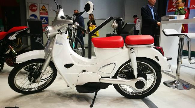 Xuất hiện tại một triển lãm xe ở Trung Quốc, mẫu xe Zongshen Cineco e-Classic 2020 làm nhiều khách thăm quan tò mò và thậm chí cả một số trang mạng thông tin về xe máy ở Việt Nam cũng chú ý tới.