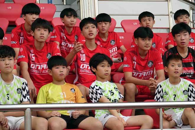 HLV Park Hang Seo bị trăm fan Hàn Quốc bao vây trên sân tập U23 Việt Nam - 1