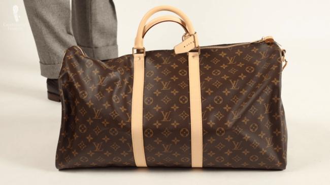 Một chiếc túi từ bộ sưu tập của cô, chiếc túi Louis Vuitton được cô mua phục vụ kỳ nghỉ đông có giá 1.870 USD (khoảng43 triệu đồng).