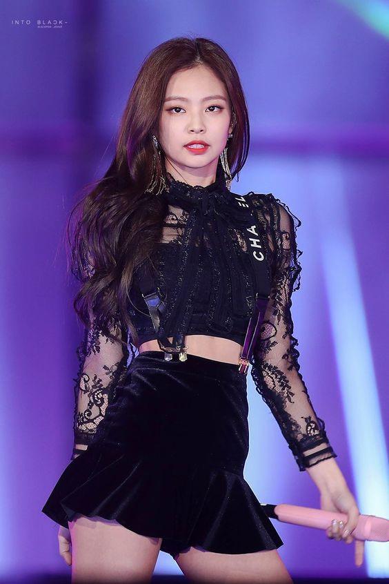 """""""Cây Chanel sống xứ Hàn"""" nhiều lần bối rối vì váy ngắn - 1"""