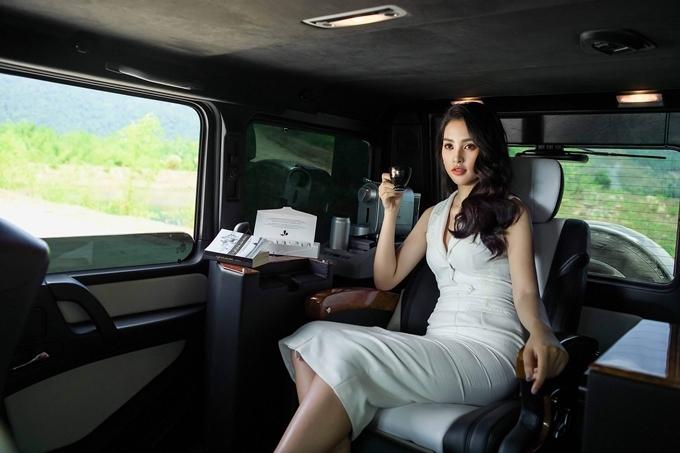 """Hoa hậu được siêu xe của """"vua cà phê"""" đưa đón ngày càng sexy thế này đây - 1"""