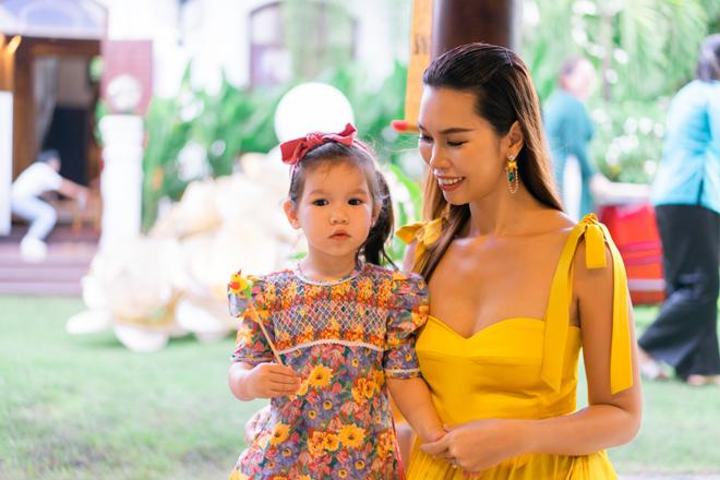 """Con gái lai Tây của chân dài """"thế hệ vàng"""" làng catwalk Việt gây chú ý - 1"""