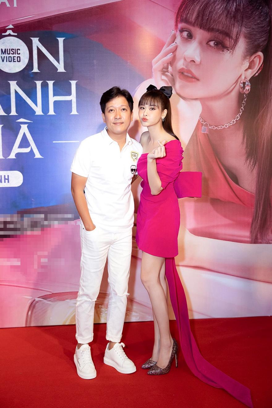 Trương Quỳnh Anh khoe chân trắng nõn nà bên Trường Giang, Tiến Luật - 1