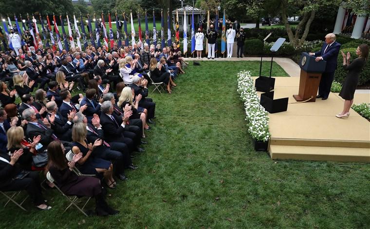 Những người nhiễm Covid-19 sau khi tham dự sự kiện cùng ông Trump tại Nhà Trắng - 1