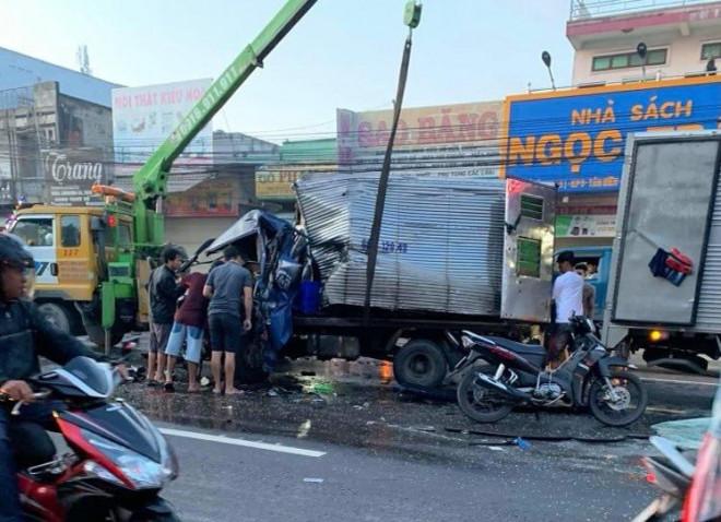 Xe tải tông trực diện xe khách, tài xế kẹt trong cabin vỡ nát - 1