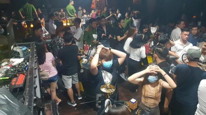 Công an Cần Thơ kiểm tra quán bar có 32 cô gái uống bia, hút shisha - 1