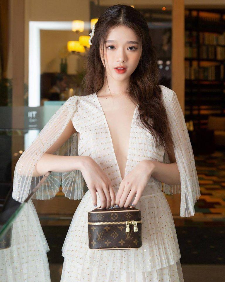 Linh Ka diện váy tôn ngực ở tuổi 18 nhưng bị chế giễu - 1