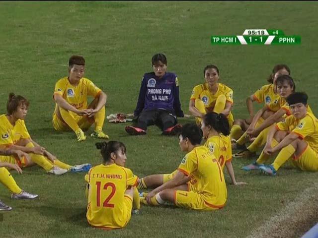 SỐC bóng đá nữ Việt Nam: Phản đối trọng tài thổi 11m, cả đội rủ nhau bỏ đá - 1