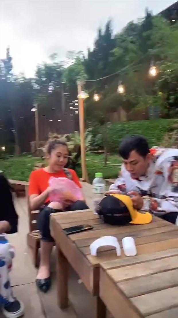 """Con nuôi Hoài Linh lộ ảnh với gái lạ ở Đà Lạt, giới thiệu """"người yêu"""" trên livestream sau 3 tháng ly hôn - 1"""