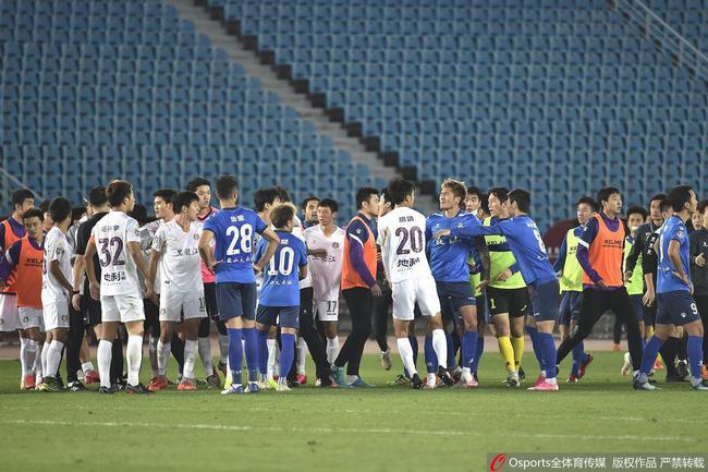 SỐC bóng đá Trung Quốc: 30 người hỗn chiến trên sân, 2 thẻ đỏ trừng trị - 1