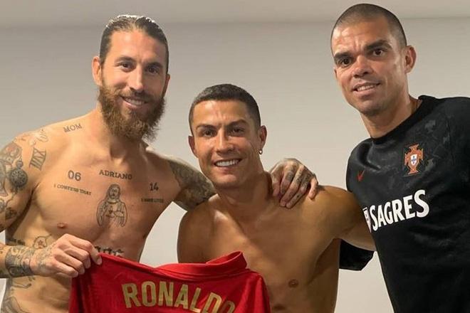 Tin HOT bóng đá trưa 8/10: Ramos sang phòng thay đồ thăm Ronaldo và Pepe - 1