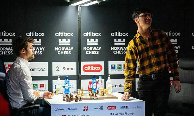 """""""Thần đồng"""" cờ vua 17 tuổi đập tung bàn cờ vì trận đấu này với Carlsen - 1"""