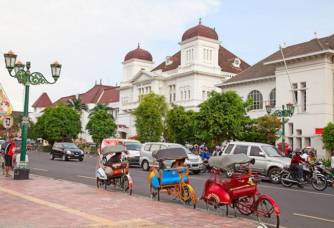 Yogyakarta: Yogyakarta là trung tâm nghệ thuật và văn hóa của đảo Java và là một trong những thành phố lâu đời nhất ở Indonesia. Nơi đây có rất nhiều di tích lịch sử để tham quan, các phòng trưng bày nghệ thuật và viện bảo tàng tuyệt vời.