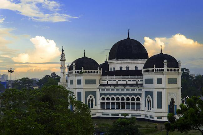 Medan: Thành phố khổng lồ này nằm gần bờ biển phía đông bắc của Sumatra. Với một số kiến trúc thuộc địa đáng yêu cùng các bảo tàng ấn tượng, Medan là một thành phố hiện đại rất quyến rũ.