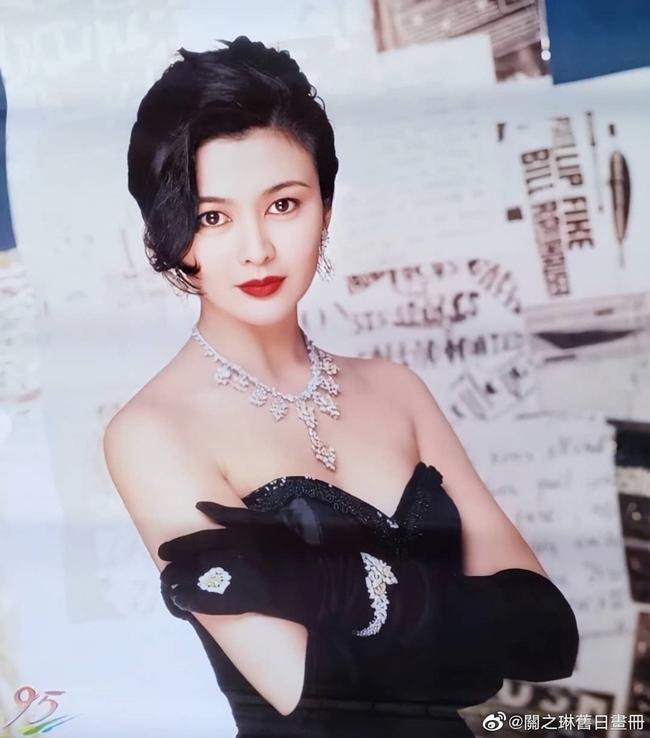 """Năm 1988, Quan Chi Lâm lọt """"Top 50 người đẹp nhất thế giới"""" do tạp chí nổi tiếng của Mỹ - People bình chọn. Cùng năm đó, cô cũng được chọn là """"mỹ nhân kinh điển của Hong Kong"""" và được ví như biểu tượng vẻ đẹp hoàn mỹ của nhiều nước châu Á."""