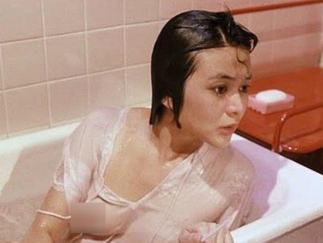 Trong khối gia tài điện ảnh đồ sộ của mình, mỹ nữ 6X còn tham gia một tác phẩm có cảnh tắm lộ ngực trần, nóng bỏng không kém bộ phim đóng chung với tài tử họ Lưu.