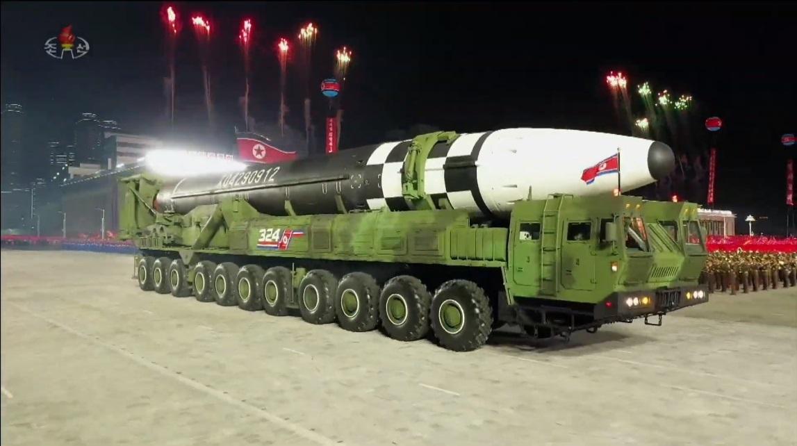 """Triều Tiên phô diễn tên lửa """"quái vật"""" chưa từng có, ông Kim Jong Un bất ngờ xin lỗi - 1"""
