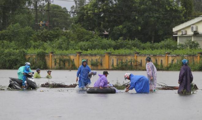 Quảng Nam: Người dân đội mưa bắt cá trong lũ - 1