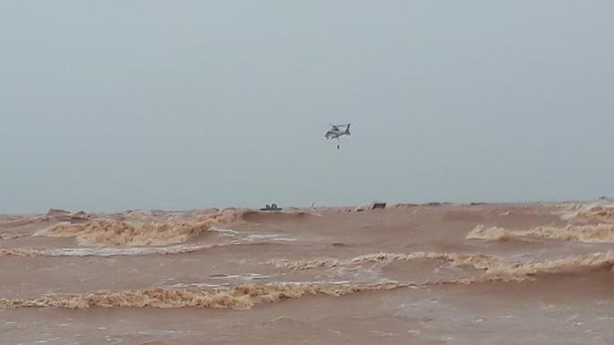Dùng trực thăng cứu hộ thành công 8 người kiệt sức, đeo bám trên tàu Vietship 01 mắc cạn ngoài biển - 1