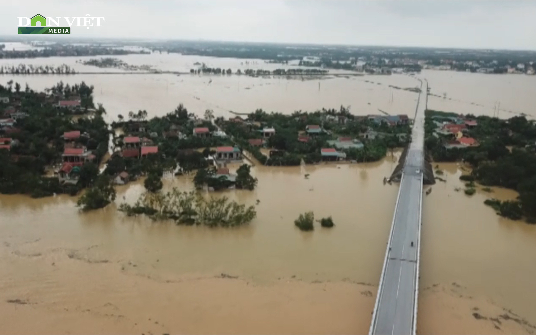 Clip: Mưa lũ khiến gần 20 nghìn nhà ở Quảng Bình ngập trắng, chỉ còn thấy nóc - 1