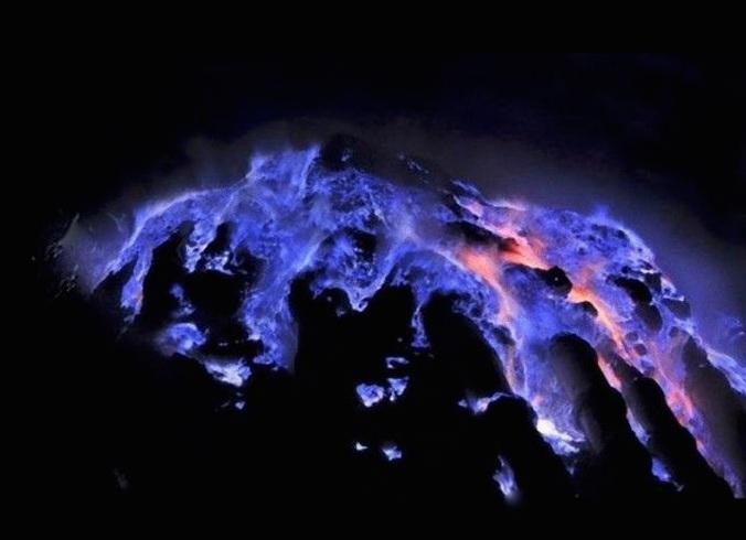 Ngọn núi lửa kỳ lạ ở Indo, có màu xanh trong đêm tối và tắt khi mặt trời mọc - 2