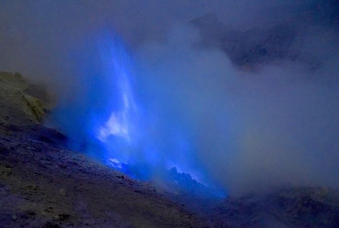 Ngọn núi lửa kỳ lạ ở Indo, có màu xanh trong đêm tối và tắt khi mặt trời mọc - 7