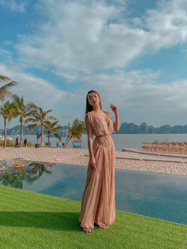 Trong loạt ảnh mới đây, Minh Hằng mặc trang phục xẻ vòng 1 sâu rộng tại đám cưới.