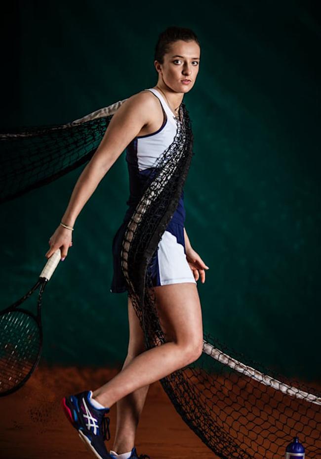 Khi thi đấu Iga Swiatekcó trang phục và phong cách thi đấu mạnh mẽ chẳng kém gì đàn ông, dù vậy cô cũng dịu dàng không kém khi ăn mặc điệu đà.