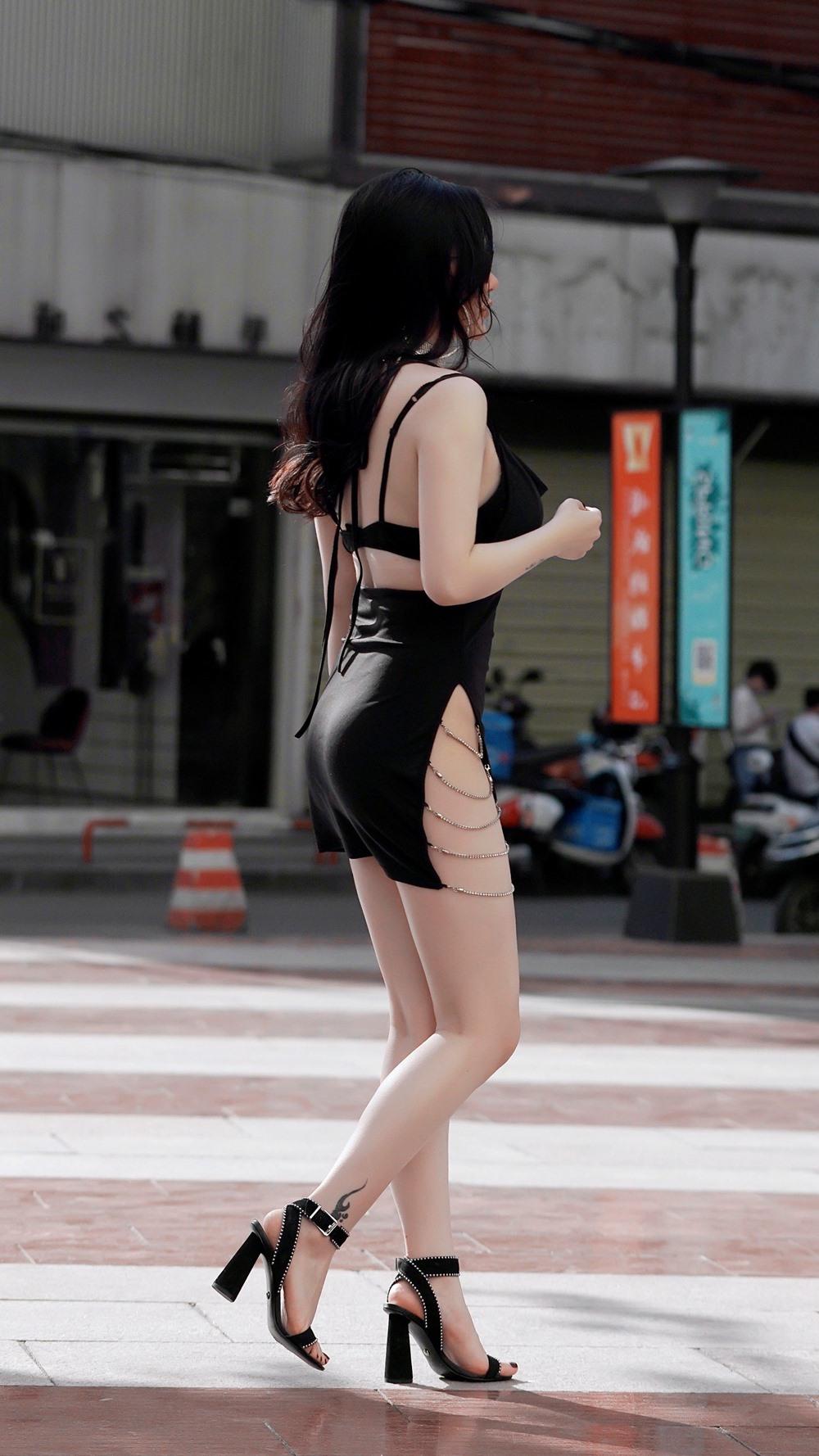 Gái xinh Trung Quốc khiến người đi đường nhìn chằm chằm vì đường xẻ nguy hiểm - 1