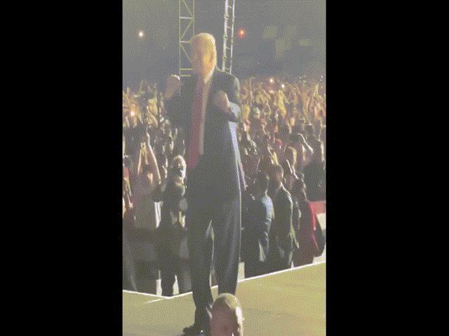 Video: Ông Trump nhảy cùng người ủng hộ cực thú vị