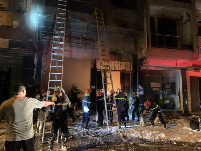CLIP: Nghẹt thở giải cứu 5 người trong vụ cháy cửa hàng gas - 1