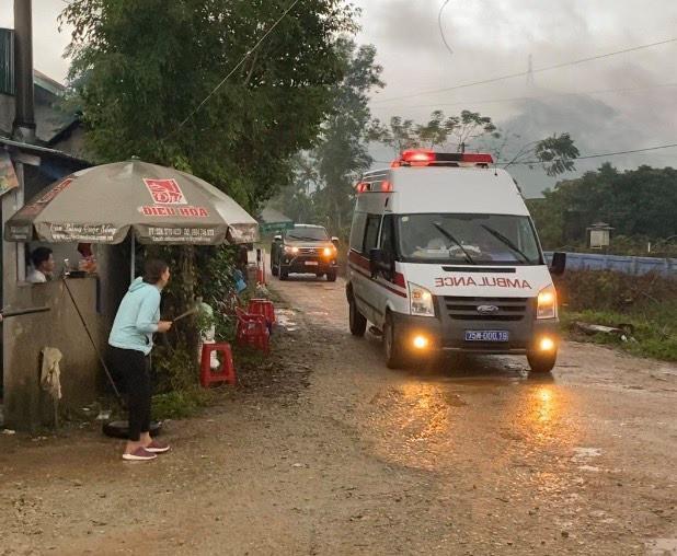 Người nhà khóc thương chạy theo xe chở thi thể tân Chủ tịch huyện Phong Điền - 1