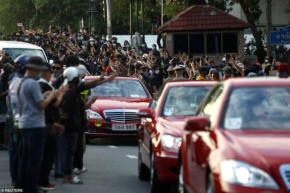 Hoàng hậu Thái Lan ngỡ ngàng trước đám đông người biểu tình vây quanh - 1