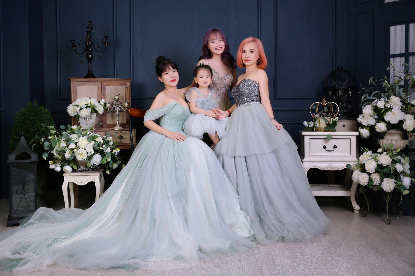 44 tuổi, diễn viên Hoàng Yến trẻ đẹp bên 3 con - 1