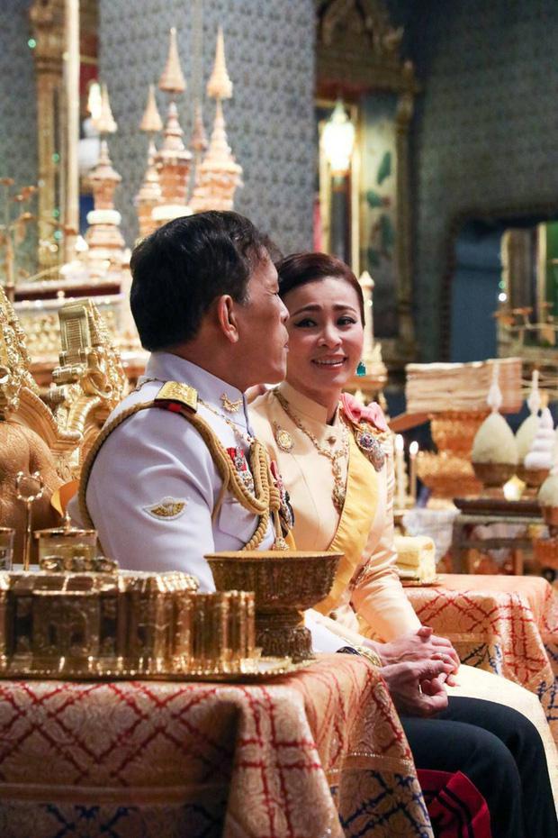 Xuất hiện tại sự kiện hoàng gia, Hoàng hậu Thái Lan khéo léo khẳng định vị thế trước Hoàng quý phi - 1