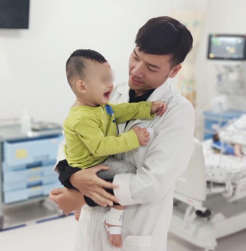 Bé trai 2 tuổi nhập viện cấp cứu vì uống nhầm dầu xoa bóp - 1