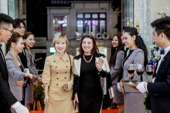 HH Ngọc Hân, DV Thanh Sơn bất chấp trời mưa tới dự lễ khai JK Beauty Center tại Hà Nội - 1