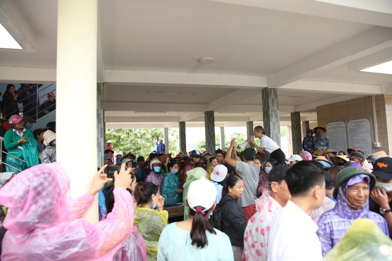 Mỹ Tâm lau nước mắt, lặng lẽ lội nước đi cứu trợ Quảng Nam - 3