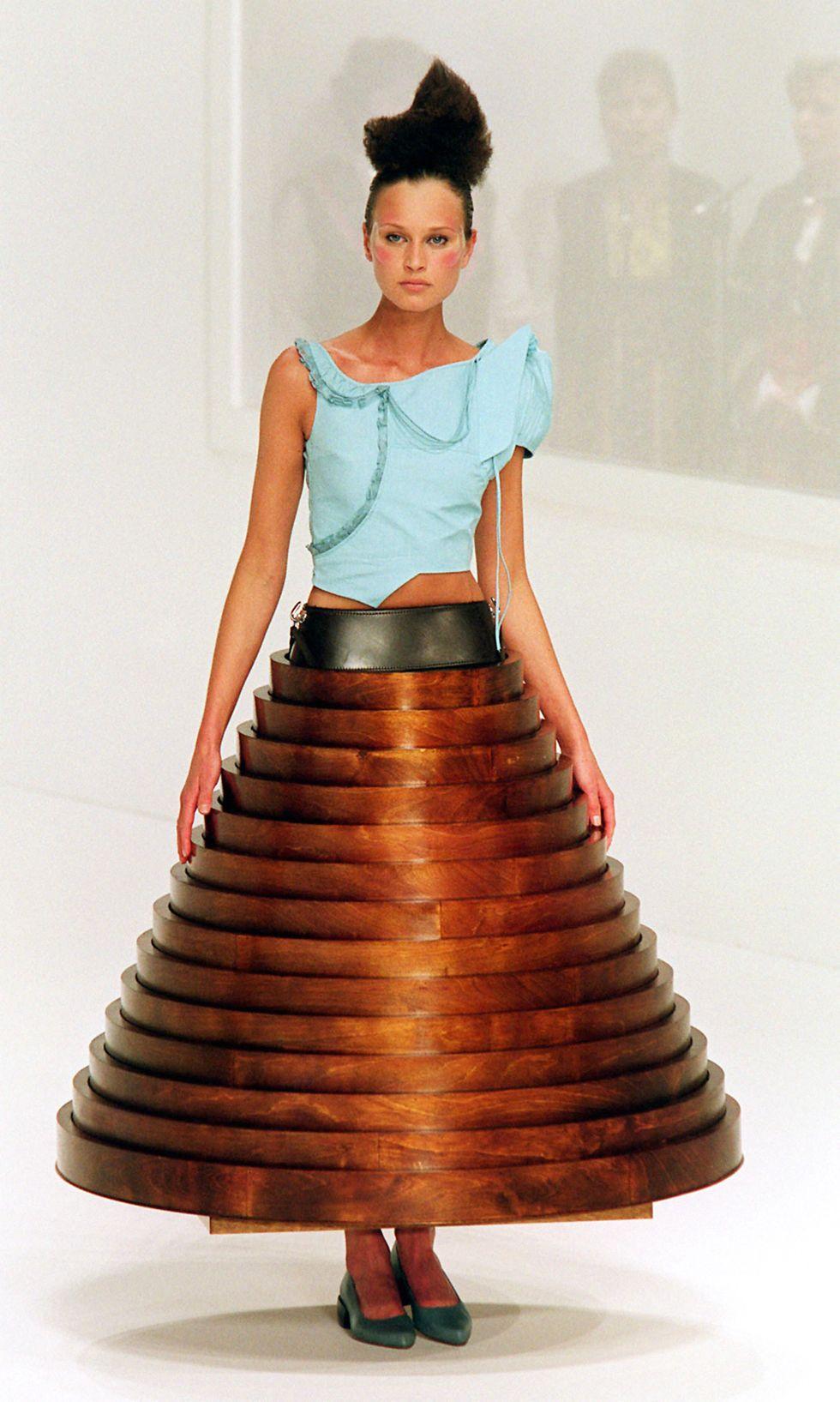 Vì sao thời trang xa xỉ Haute Couture là sự hào nhoáng xa rời thực tế? - 2