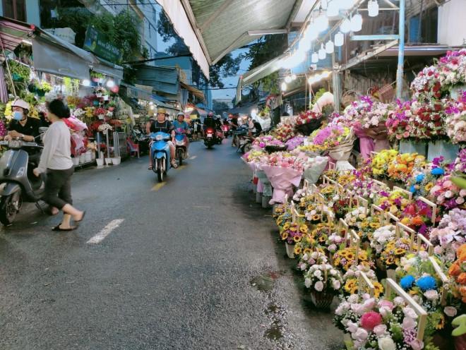TP.HCM: Hoa tươi bắt đầu tăng giá trước ngày lễ 20/10 - 1